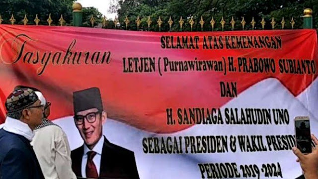Warga Cakung Bentangkan Spanduk Kemenangan Prabowo-Sandiaga