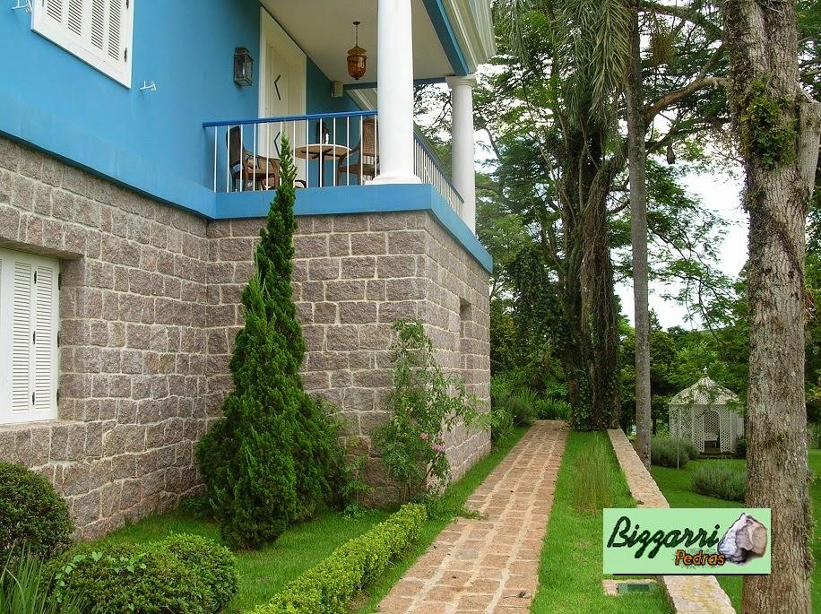 Na sede da Fazenda em Bragança Paulista-SP executamos toda a base com paredes de pedra rústica com os muros de pedra rústica e os caminhos de pedra com execução do paisagismo.