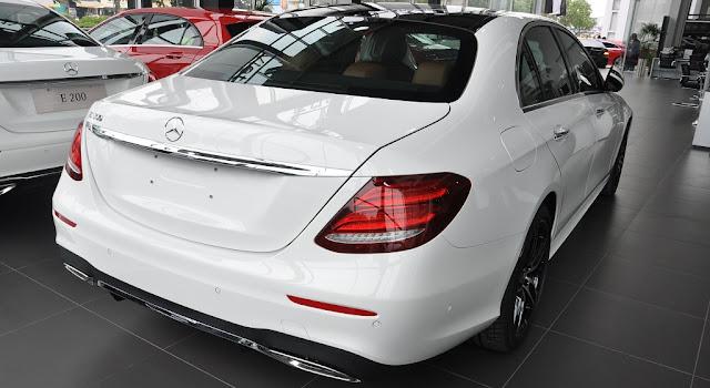 Đuôi xe Mercedes E300 AMG 2017 nhập khẩu được thiết kế thể thao, sang trọng và lịch lãm