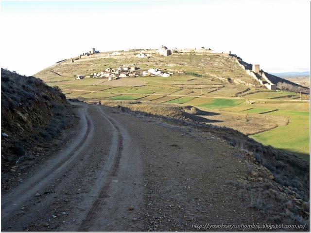 Cuesta del Cerrajón, dejando atrás el Castillo y el Arrabal