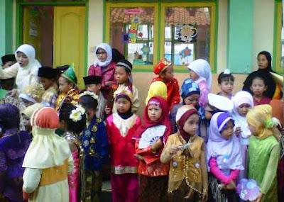 Foto-pawai-anak-baju-daerah-Indonesia