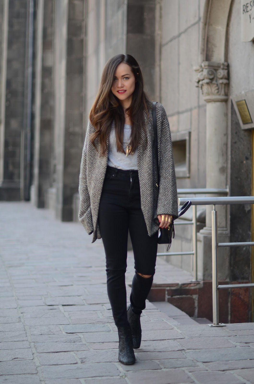 How to wear black ripped jeans! | MODA CAPITAL
