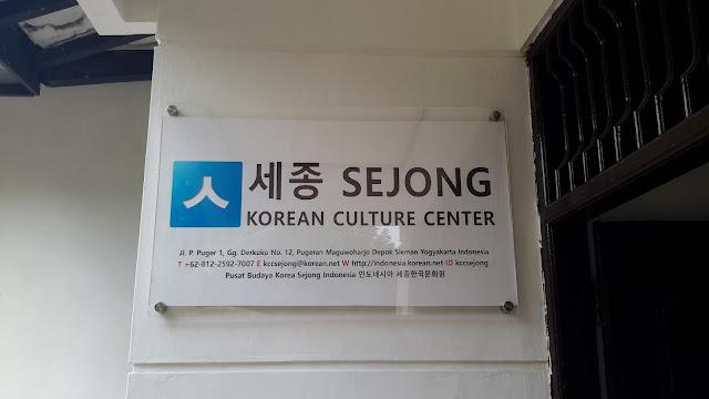 KCC Sejong memasang papan nama untuk pintu KCC Sejong