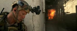 ヘルメットカメラを装着した隊員が突入する様子