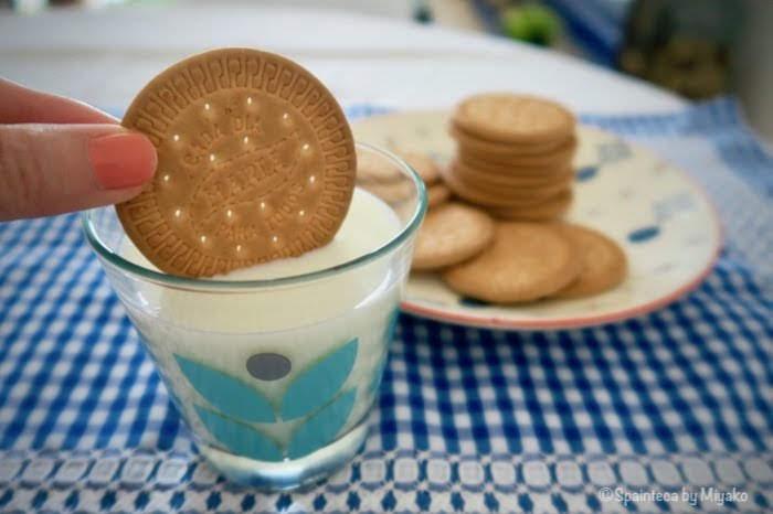 スペインの定番マリアクッキーを牛乳につける