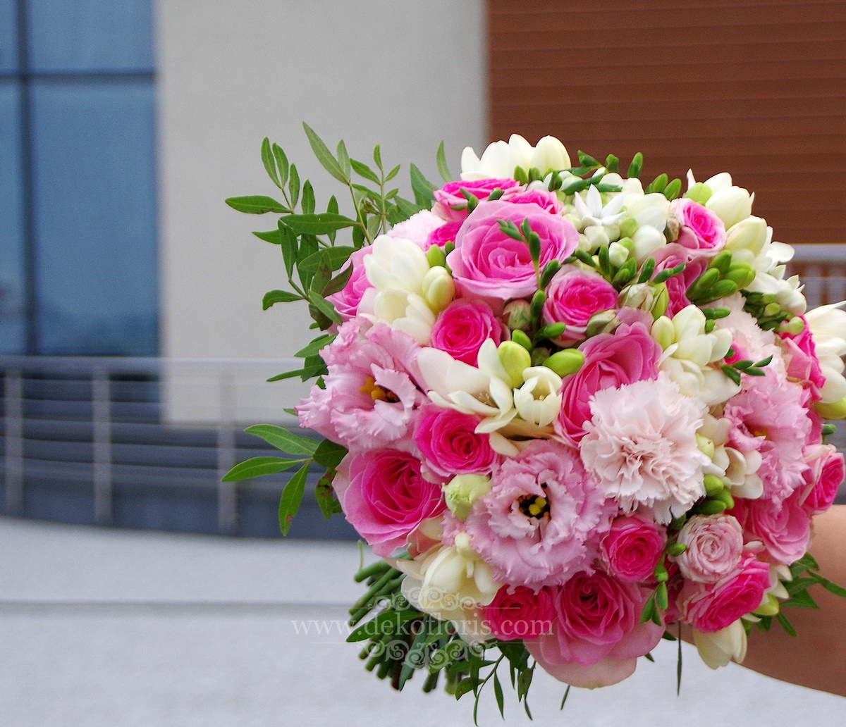 Różowy bukiet ślubny róże, frezje i eustoma
