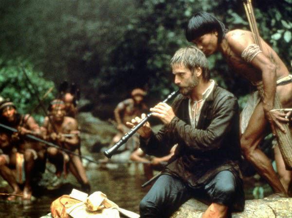 Resultado de imagen de El cura toca el Oboe en la Selva a los nativos en La Misión