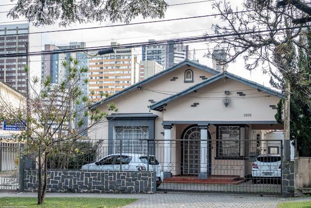 Casa na Rua Desembargador Motta com capelinha, ornamento de ferro e colunas