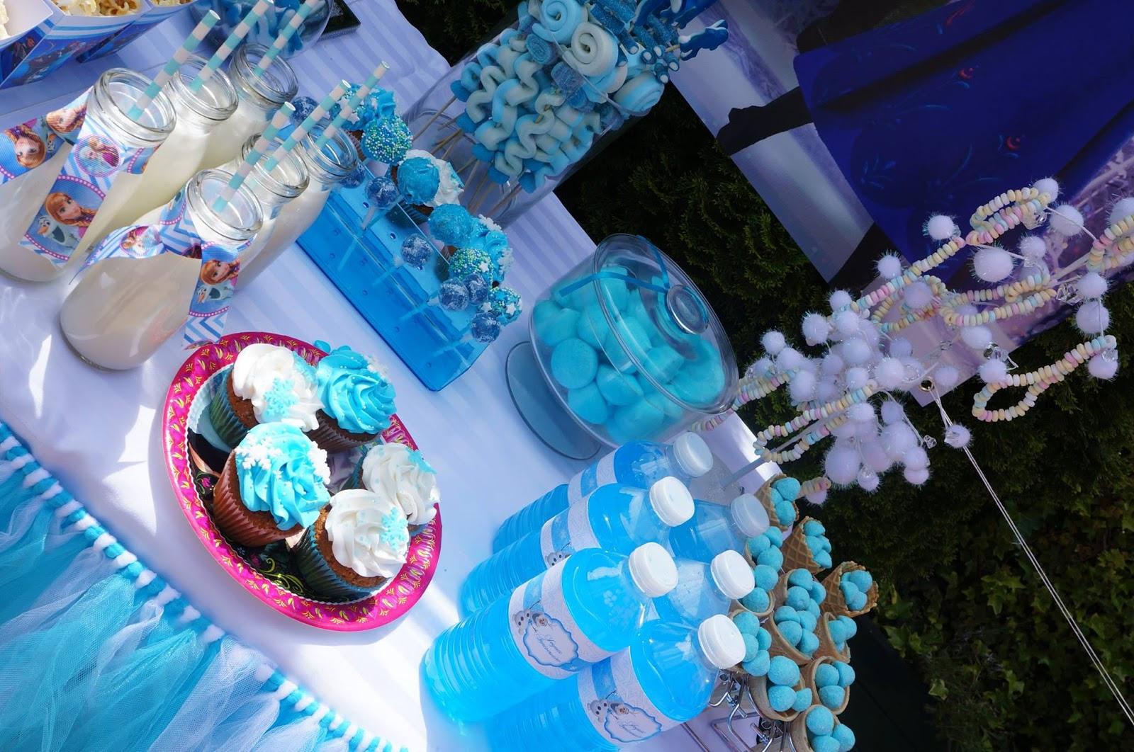 Cupcake bleus, bouteilles bleues et gourmandises au theme de la reine des neiges