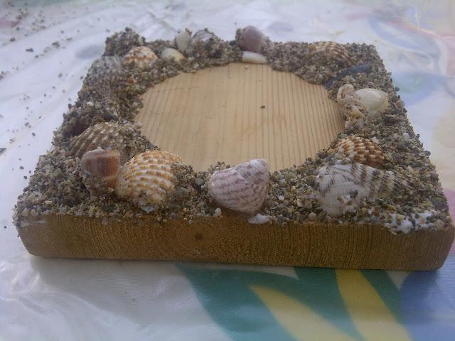 Σουβέρ από κομμάτια ξύλο άμμο θαλάσσης και κοχύλια