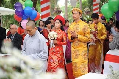 Nghi thức lễ cưới theo tín ngưỡng Phật giáo diễn ra trong không khí trang nghiêm