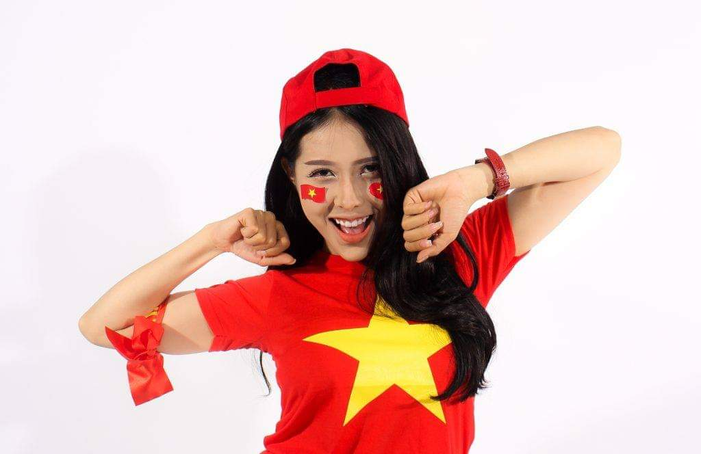 Diễn viên Elsa Nguyễn năng động và cá tính trong trang phục cờ đỏ sao vàng