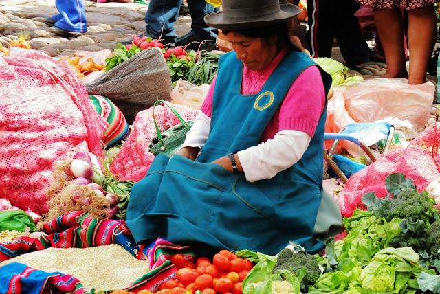 Nativa na feira de Pisac, no Peru
