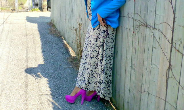 black and white maxi dress and purple magenta pumps