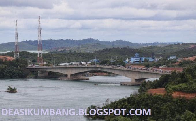 Memancing Ikan di Jembatan 2 Barelang Batam