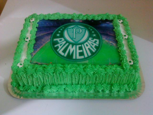 f618a70b40 bolo de chantilly decorado com papel arroz branco com acabamento em verde!!