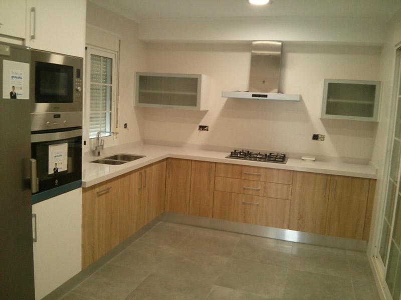 Cocina en combinaci n madera y blanco con fregadero doble incustrado cocinas los molinos 950 - Fregaderos de cocina blanco ...