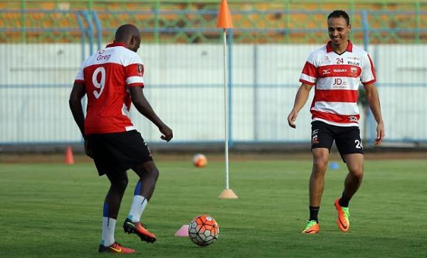 Peter Odemwingie Komentari Perbedaan Suporter Indonesia dan Inggris