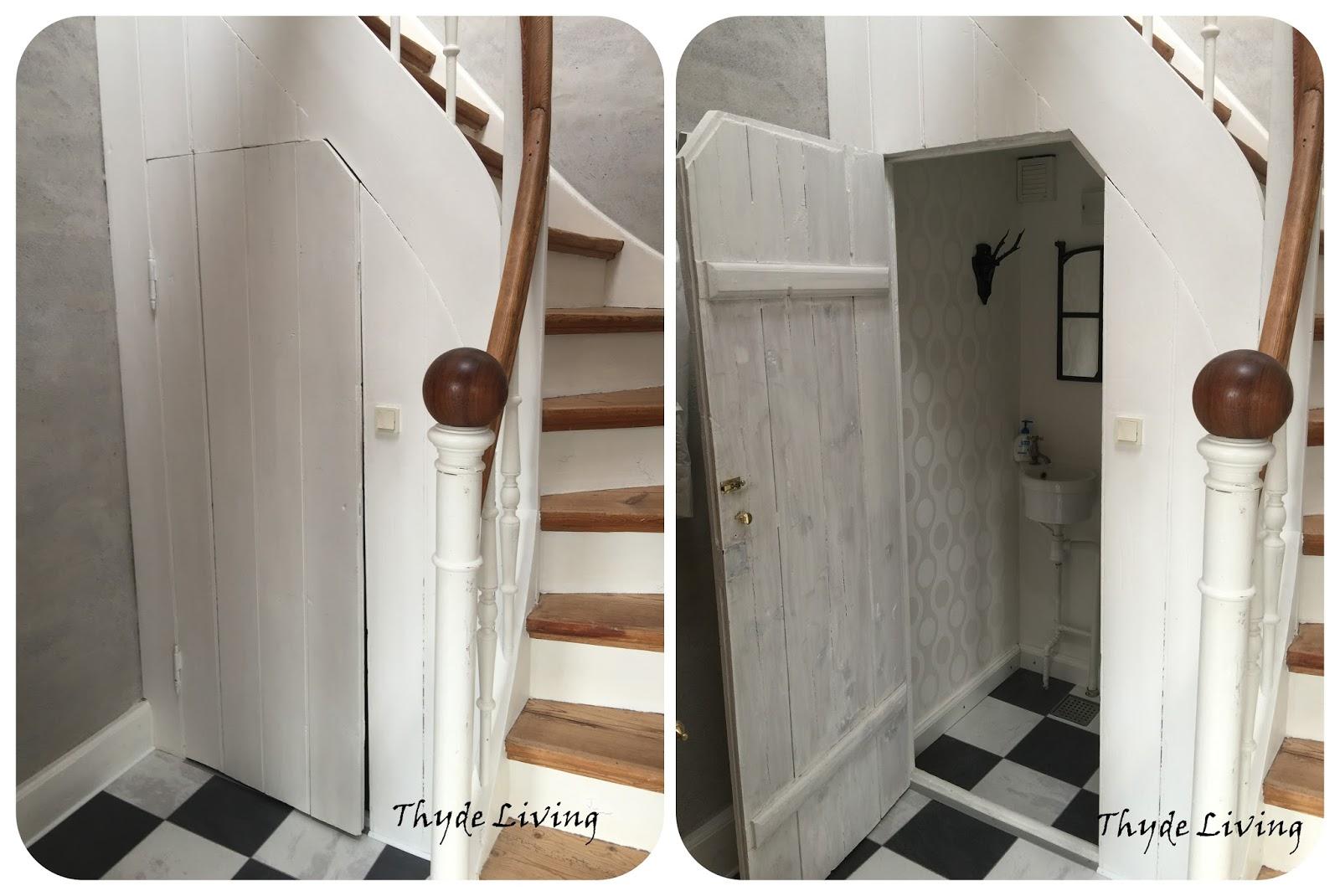 Thyde living: lille toilet under trappen ... det er ret hyggeligt
