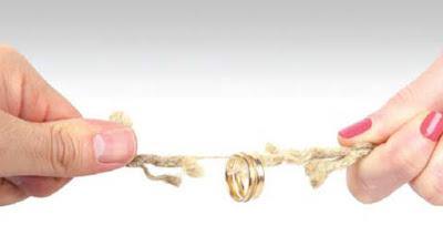 7 مشاكل قد تؤدي إلى الطلاق  انفصال هجر امرأة رجل يد تمسكشد جذب حبل قطع خاتم زواج man woman break up divorce rope cut hands pull