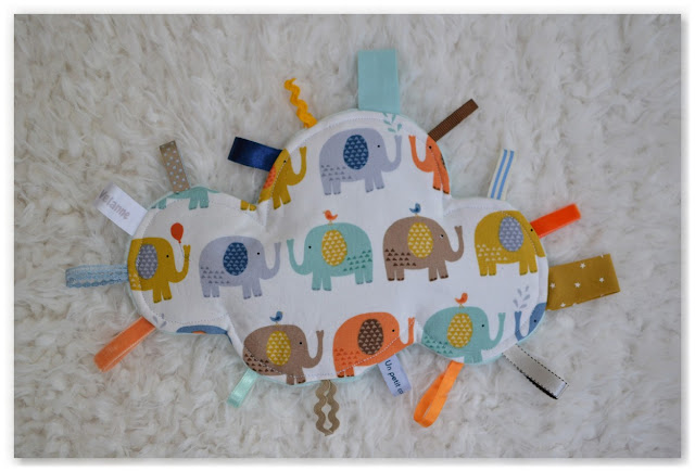 doudou étiquettes nuage blanc et éléphants bleu, orange, jaune, marron, vert menthe
