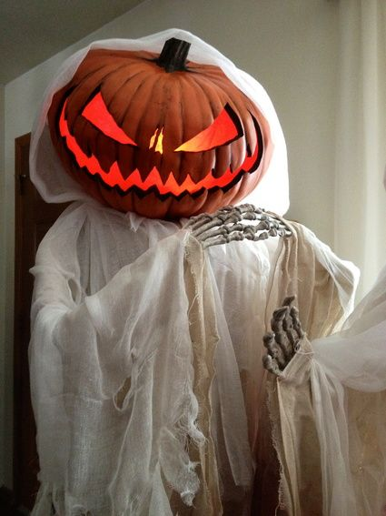 Best 26 Halloween spooky decoration ideas for outdoor. Pumpkin head ghost for front gate decoration. Halloween front porch decoration ideas. Best ghostly décor ideas for garden. Spooky decoration for front door. Halloween party decoration ideas for front porch