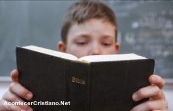Niño leyendo la Biblia en escuela