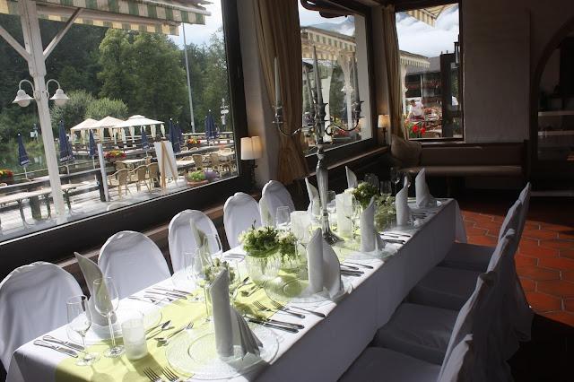 Hochzeitsessen im Seehaus - Hochzeit in Grün und Weiß im Riessersee Hotel Garmisch-Partenkirchen Bayern, Regenhochzeit im Sommer, Wedding Bavaria - wedding green white