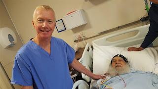 بالصور.. طبيب الأنبا موسى يلتقط صورًا معه عقب جراحة ناجحة بالقلب