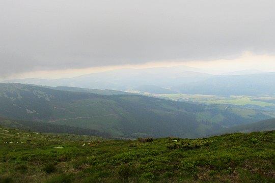 Widok z Orlovej w kierunku południowo-wschodnim na dolinę Hronu i Murańską Płaninę.
