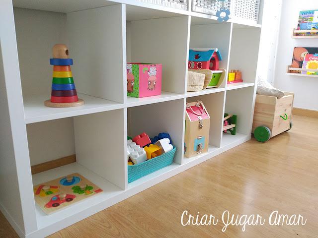 En Montessori los materiales y los juguetes se deben organizar en estanterías bajas de manera que todo quede a la altura del niño