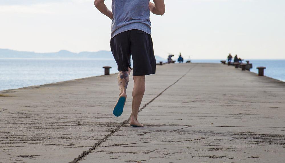 Estas suelas adhesivas hipoalergénicas te permiten caminar libremente donde  quieras sin tener que usar zapatos. Ya sea que estés en la playa ca6971cfffa