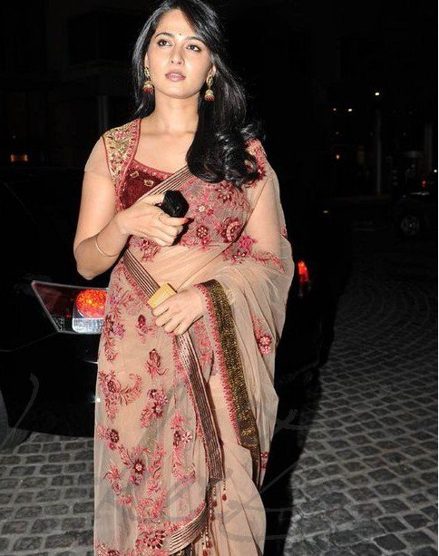 Anushka in Saree at 58th Filmfare Awards Pics