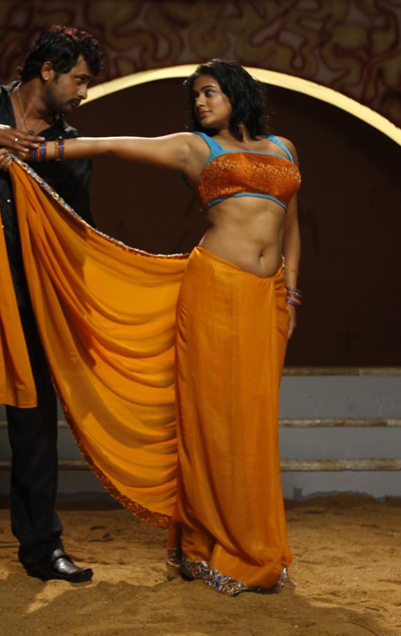 Glorious Priyamani sexy show pallu drop
