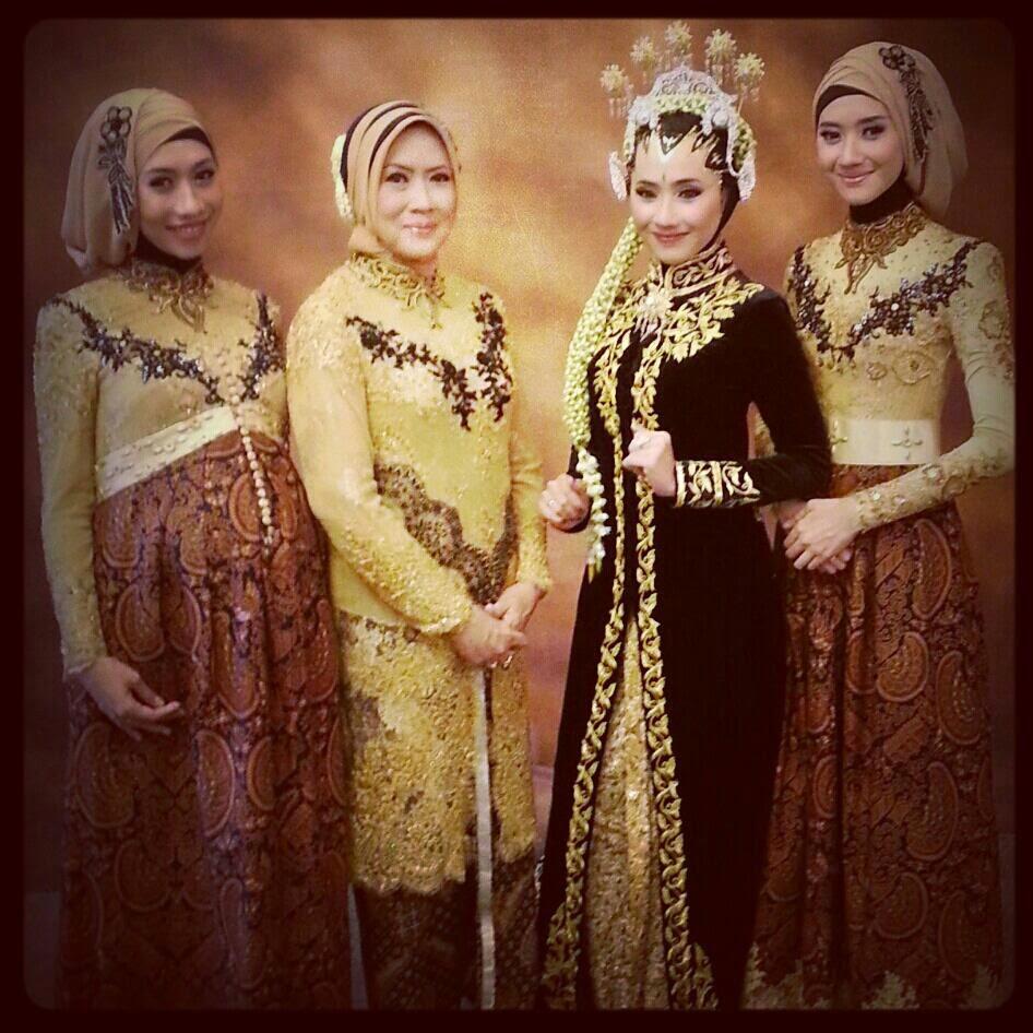 Baju Batik Dian Sastro: Kumpulan Foto Model Kebaya Muslim Jilbab Modern
