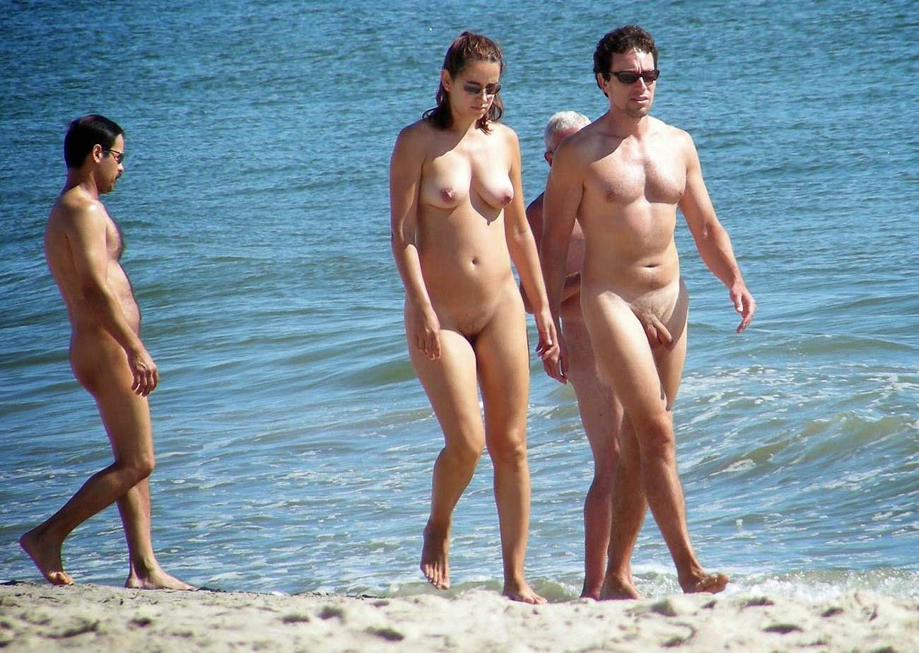 Parejas en playa nudista