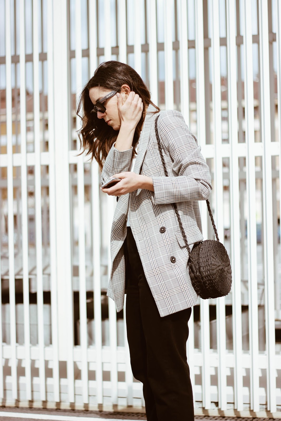 MULES JEANS AND BLAZER LOOK WITH RAFFIA BAG