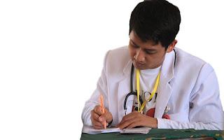 Médico con informe
