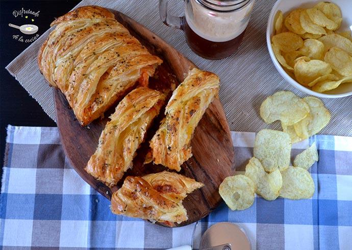 Trenza de hojaldre, pavo, queso y tomate (Receta fácil)
