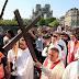 Emotivo Vía Crucis frente a la Catedral de Notre Dame