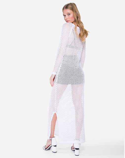 Vestido feito em tricô de ponto aberto e vazado, de alta elasticidade e transparência