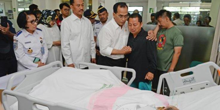 Menhub Budi Karya Sumadi bersama PLT Gubernur DKI Soni Sumarsono dan sejumlah pejabat terkait menengok korban kecelakaan terbakarnya kapal MV Zahro Express.