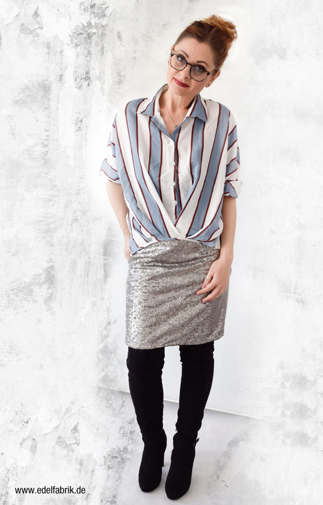 Streifenhemd, silberner Pailettenrock, schwarze Overknees