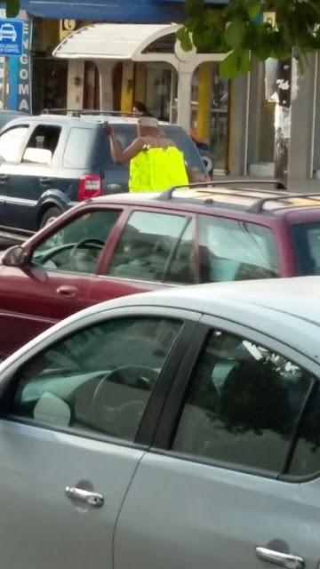 VIDEO: Grupo armado en Navolato Sinaloa obliga a ladrón a caminar desnudo con mensaje por las calles