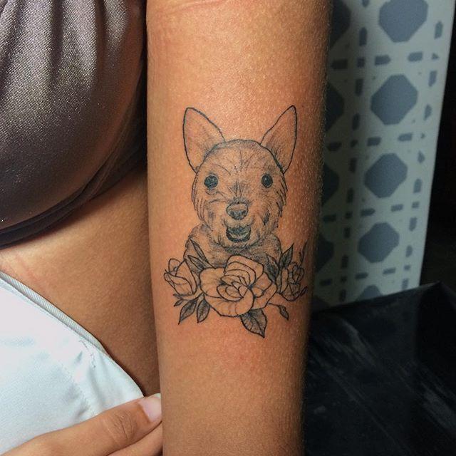 tatuagem feminina delicada cachorro
