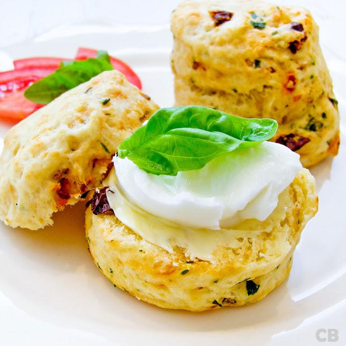 Hartige scones met mozzarella en basilicum