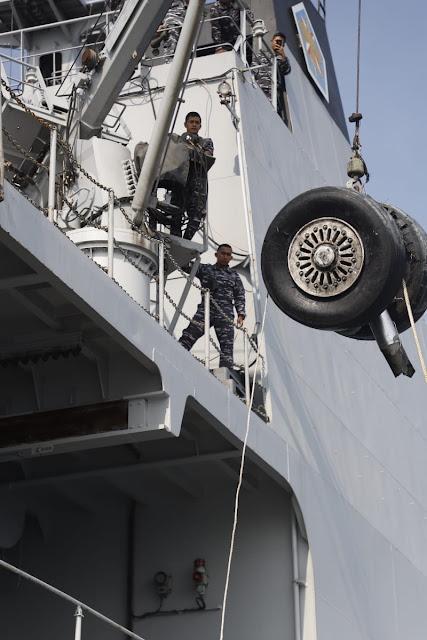 Prajurit TNI Temukan Roda Pesawat Lion Air di Perairan Tanjung Karawang