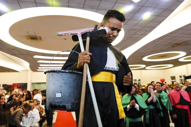 Superação: De vassoura e balde na mão, ex-faxineiro de Barreiras recebe diploma de jornalismo em Brasília