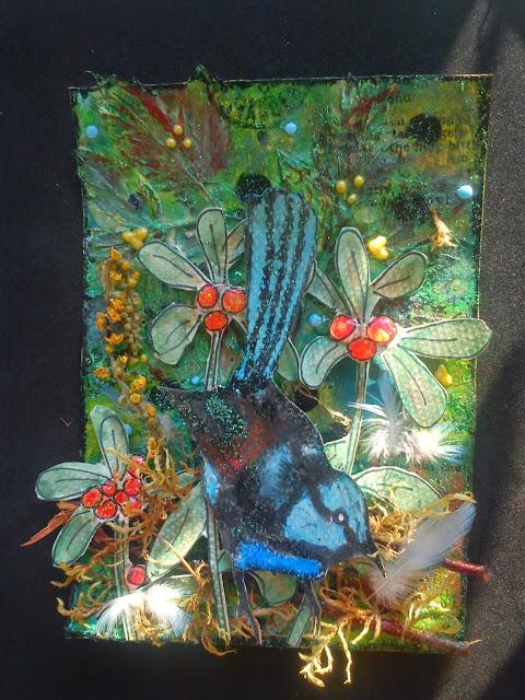0e3bcc28072a9b do poszycia leśnego oprócz narysowanych przeze mnie borówek dodałam mech,  gałązki brzozy, suszoną dziewannę i piórka błękitnej papużki falistej, ...
