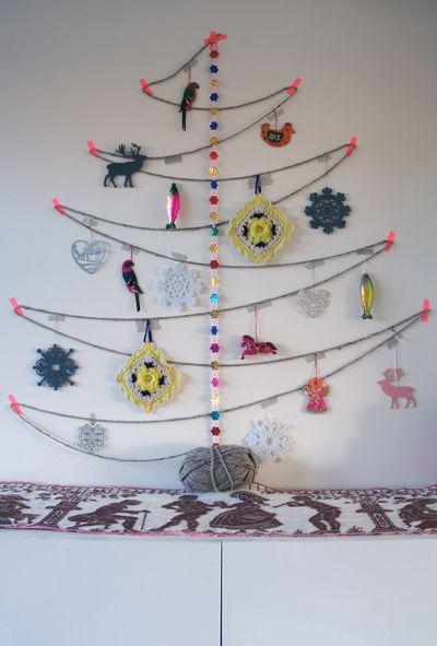 Árvores de natal criativa de parede com cordão e enfeites